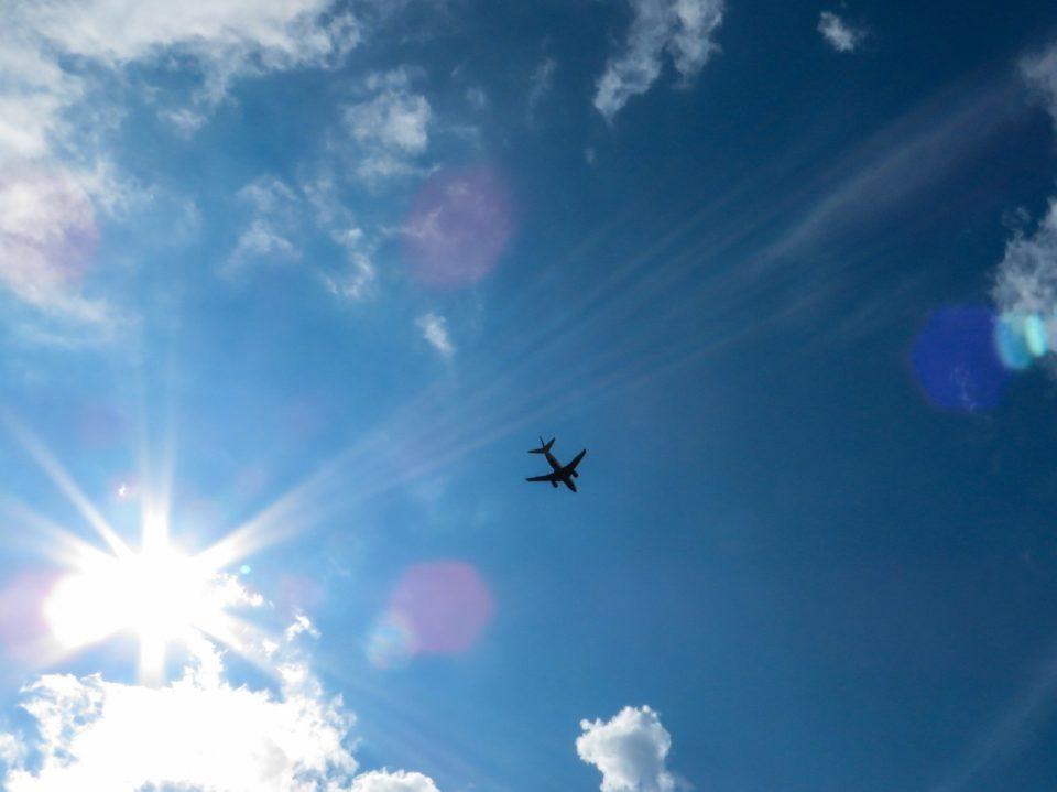 https://c.pxhere.com/photos/a3/34/sky_sun_blue_clouds_aircraft_rays_back_light_freedom-890826.jpg!d